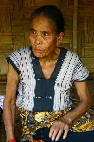 Zdjęcia: skansen-płaskowyż Bolaven, Sprzedająca tkaniny, LAOS