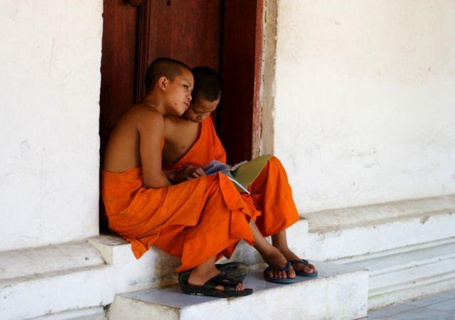 Zdjęcia: Luang Prabang, Północny Laos, Na progu świątyni, LAOS