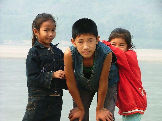 Zdj�cia: gdzie� nad brzegiem Mekongu, Dzieci, LAOS