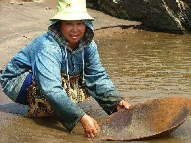 Zdjęcia: gdzieś nad brzegiem Mekongu, Kobieta płucze piasek z wód Mekongu, LAOS
