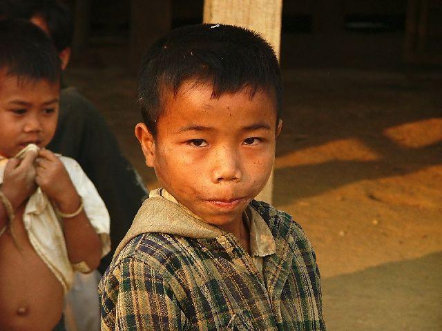 Zdjęcia: górska wioska południowego Laosu, Chłopiec, LAOS