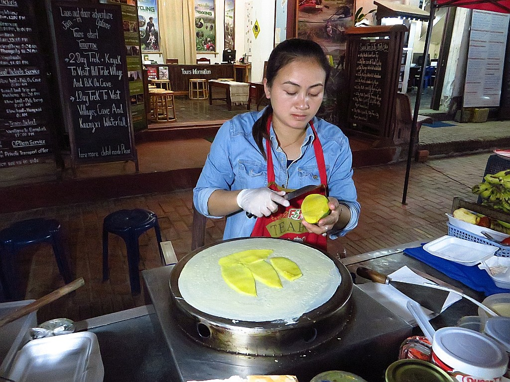 Zdjęcia: Luang Prabang, Laos północny, sprzedawczyni naleśników, LAOS