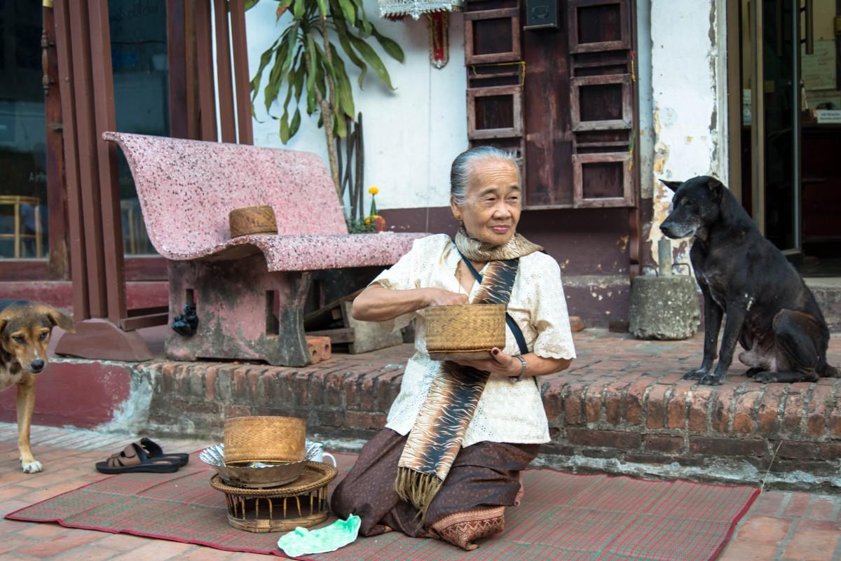 Zdjęcia: Luang Prabang, Luang Prabang, Czekając na mnichów, LAOS