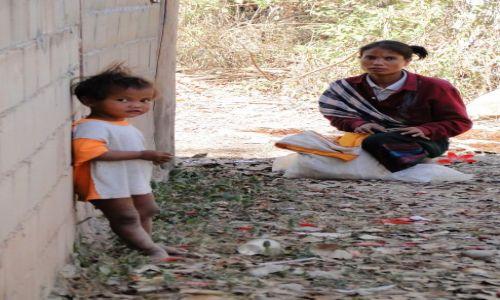 LAOS / - / Wioska w Laosie / Rodzina