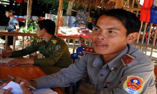 LAOS / - / Laos / Laotańska straż graniczna - czekają na łapówkę...