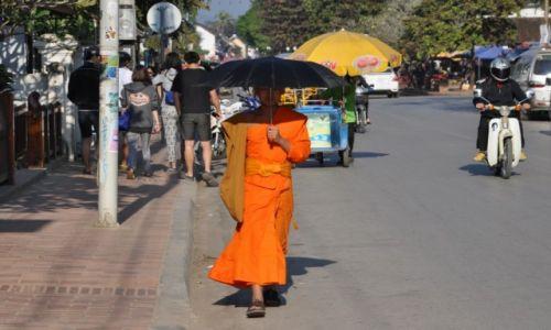 Zdjęcie LAOS / północny Laos / Louangphrabang / Pod parasolem
