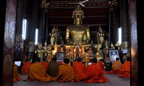 Zdjęcie LAOS / Louangphrabang / Wat Mai / Wieczorna modlitwa