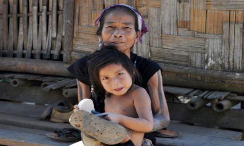 Zdjęcie LAOS / północny Laos / wioska przy Mekongu / Portret z klapkami