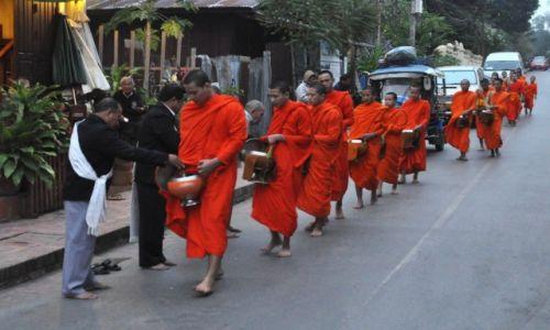 Zdjecie LAOS / północny Laos / Louangphrabang / Codzienna jałmużna o świcie