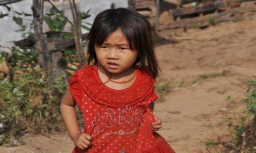 Zdjęcie LAOS / północny Laos / wioska nad Mekongiem / Dziewczynka w wiosce