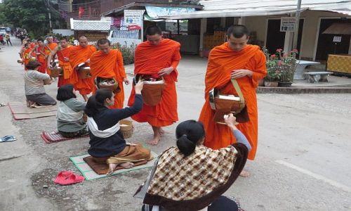 LAOS / Laos północny / Luan Prabang / pintabad poranne zbieranie jałmużny