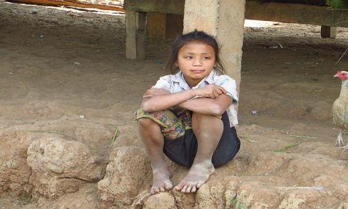 Zdjęcie LAOS / Laos północny / trasa Vientiane - Vang Vieng / wiejska dziewczynka