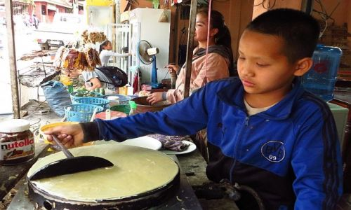 Zdjęcie LAOS / Laos północny / wodospady Kuang Si / sprzedawca naleśników
