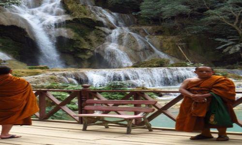 Zdjęcie LAOS / Laos północny / wodospady Kuang Si / mnisi nad wodospadem