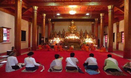 Zdjęcie LAOS / Laos północny / Luang Prabang / wieczorne modły