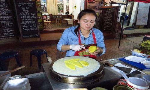 Zdjęcie LAOS / Laos północny / Luang Prabang / sprzedawczyni naleśników
