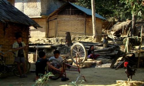 Zdjęcie LAOS / okolice Muang Ngoi Neua / wioska / Rodzinne popołudnie