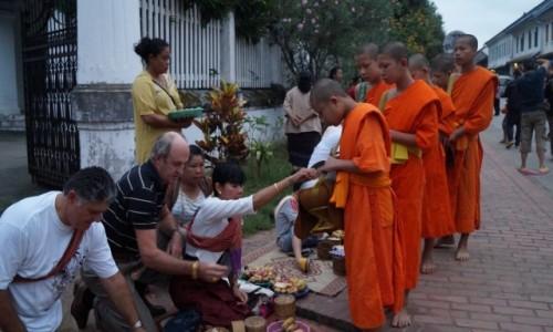 Zdjęcie LAOS / Luang Prabang / Louangphrabang / Jałmużna