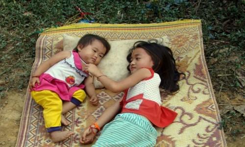 Zdjecie LAOS / Południe / wioska / Siostrzana miłość