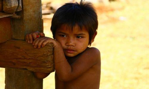 Zdjęcie LAOS / brak / Płaskowyż Bolaven / Dziewczynka z wioski gdzie robi się trumny