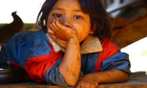 Zdjecie LAOS / brak / Płaskowyż Bolaven / Dziewczynka z wioski gdzie robi się trumny3