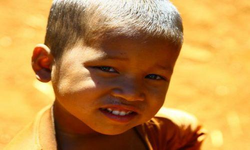 Zdjecie LAOS / brak / Płaskowyż Bolaven / chłopiec z wioski gdzie robi się trumny