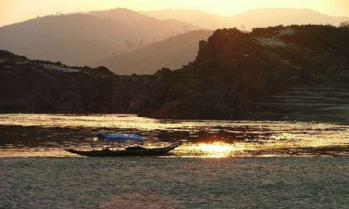 LAOS / brak / gdzieś nad brzegiem Mekongu / Moja łódź