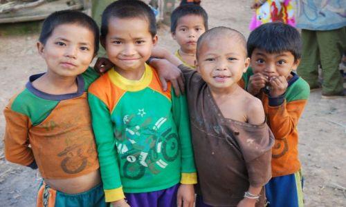 Zdjecie LAOS / północ / wioska gdzieś  w środku dżungli / super chłopaki