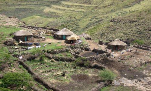 LESOTHO / zachodnie Lesotho / w drodze do Semonkong / wioska w g�rach
