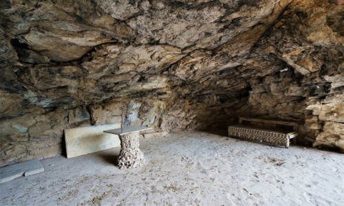 LIBAN / Bszarri / Dolina Kadisha / Swiątynia w jaskini