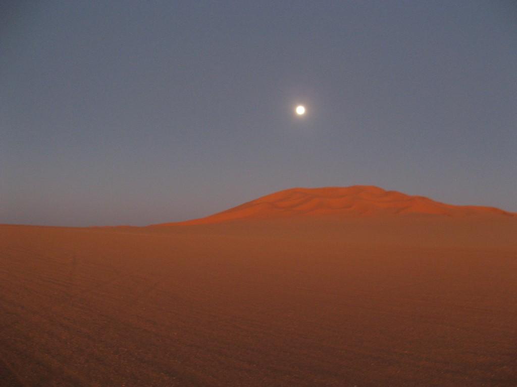 Zdjęcia: Murzuk, Sahara, Księżyc nad Diuną w świetle zachodzącego słońca, LIBIA