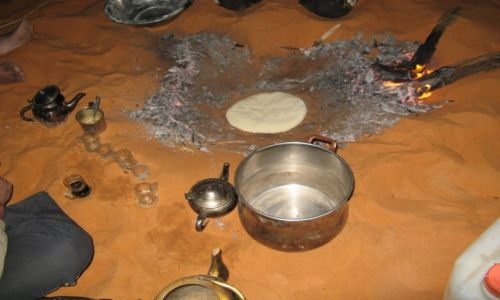 Zdjecie LIBIA / Sahara / Murzuk / Chleb pieczony w piasku Sahary