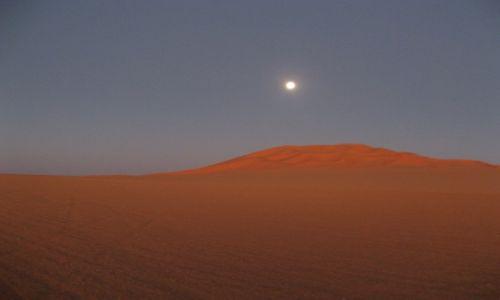 Zdjecie LIBIA / Sahara / Murzuk / Księżyc nad Diuną w świetle zachodzącego słońca
