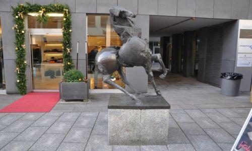 LIECHTENSTEIN / Vaduz / Centrum / Koń ma 4 nogi i basta...