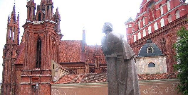 """Zdjęcia: Wilno, Wilno, Pomnik """"Adasia"""" na tle kościoła św, Michała, LITWA"""
