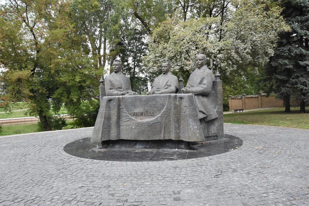 Zdjęcia: Wilno, Stolica, Wilo, pomnik poświęcony Petrasowi, Antanasowi i Jonasowi Vileisisom, LITWA