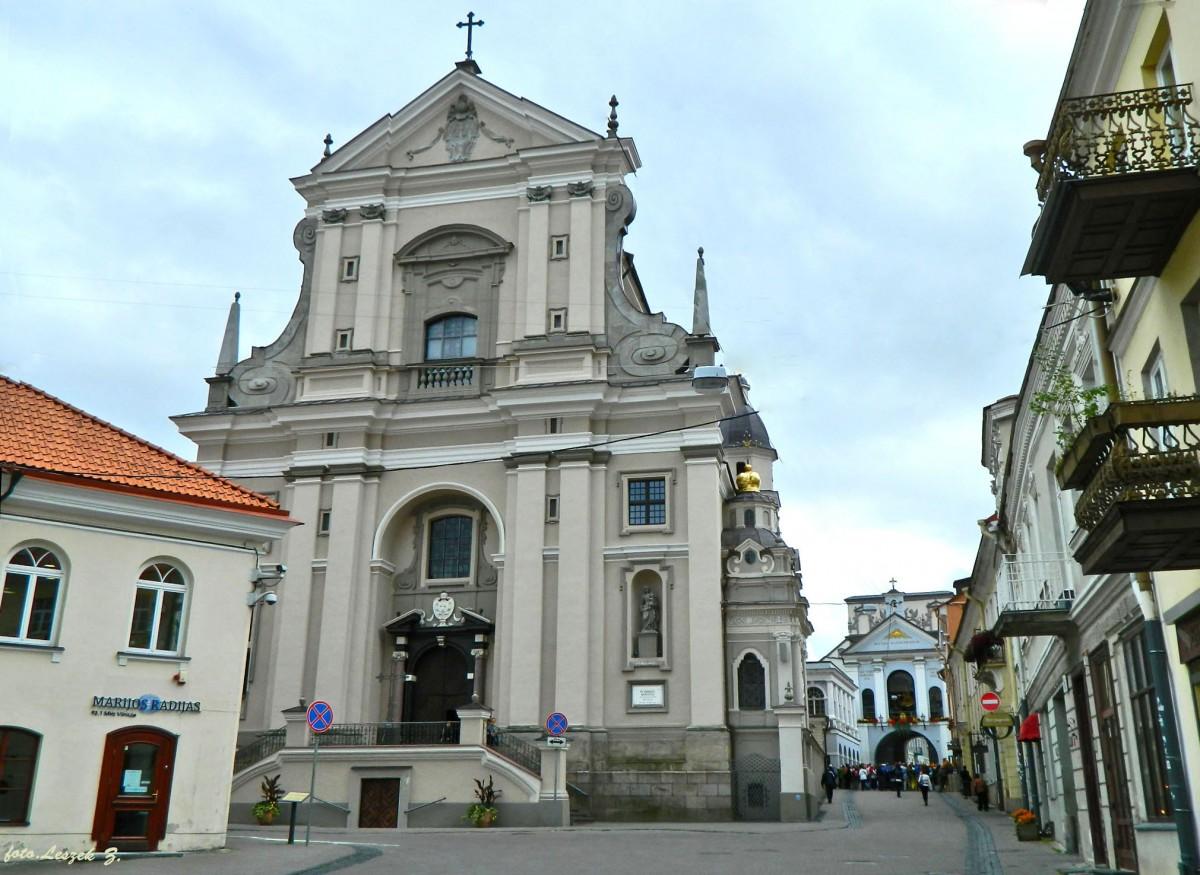 Zdjęcia: Wilno., Wilno., Wilno - Kościół św. Teresy z Ostrą Bramą w tle., LITWA
