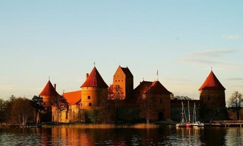 Zdjęcie LITWA / okolice Wilna / Troki / zamek na wyspie o zachodzie słońca