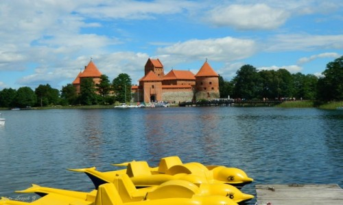 Zdjecie LITWA / Pojezierze wileńskie. / Jezioro Galwe. / Jezioro Galwe z zamkiem Troki.