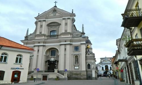 Zdjecie LITWA / Wilno. / Wilno. / Wilno - Kościół św. Teresy z Ostrą Bramą w tle.