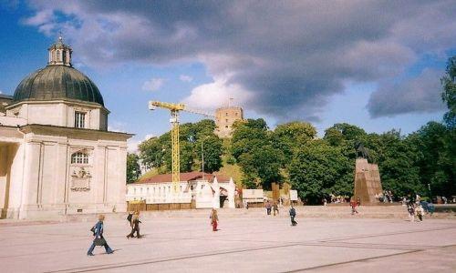 Zdjęcie LITWA / płd-wsch część kraju / Wilno /  z Basztą Gedymina w tle