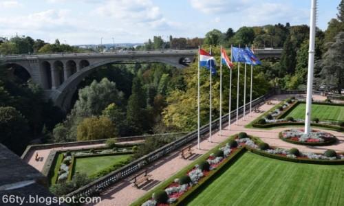 Zdjecie LUKSEMBURG / - / Luksemburg / Ogród i most...