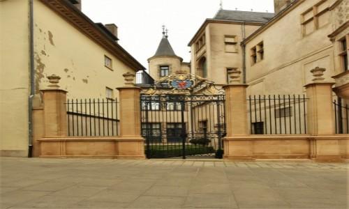 Zdjecie LUKSEMBURG / Stolica / Luksemburg / Luksemburg, brama pałacowa z herbem