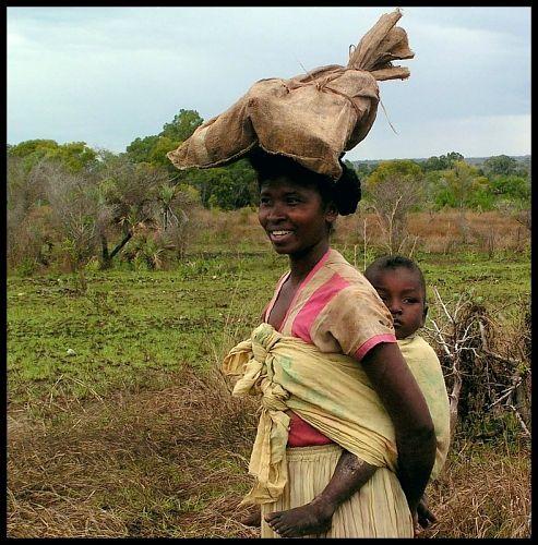 Zdj�cia: Bekopaka, Mahajanga, U�miech mamy..., MADAGASKAR