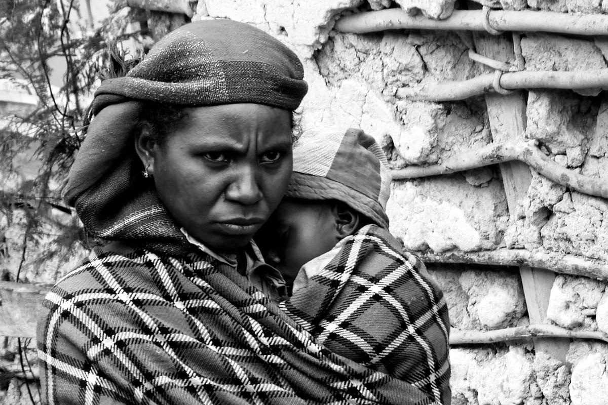 Zdjęcia: gdzieś na trasie pociągu, Fianarantsoa-Manakara, Matka z dzieckiem, MADAGASKAR