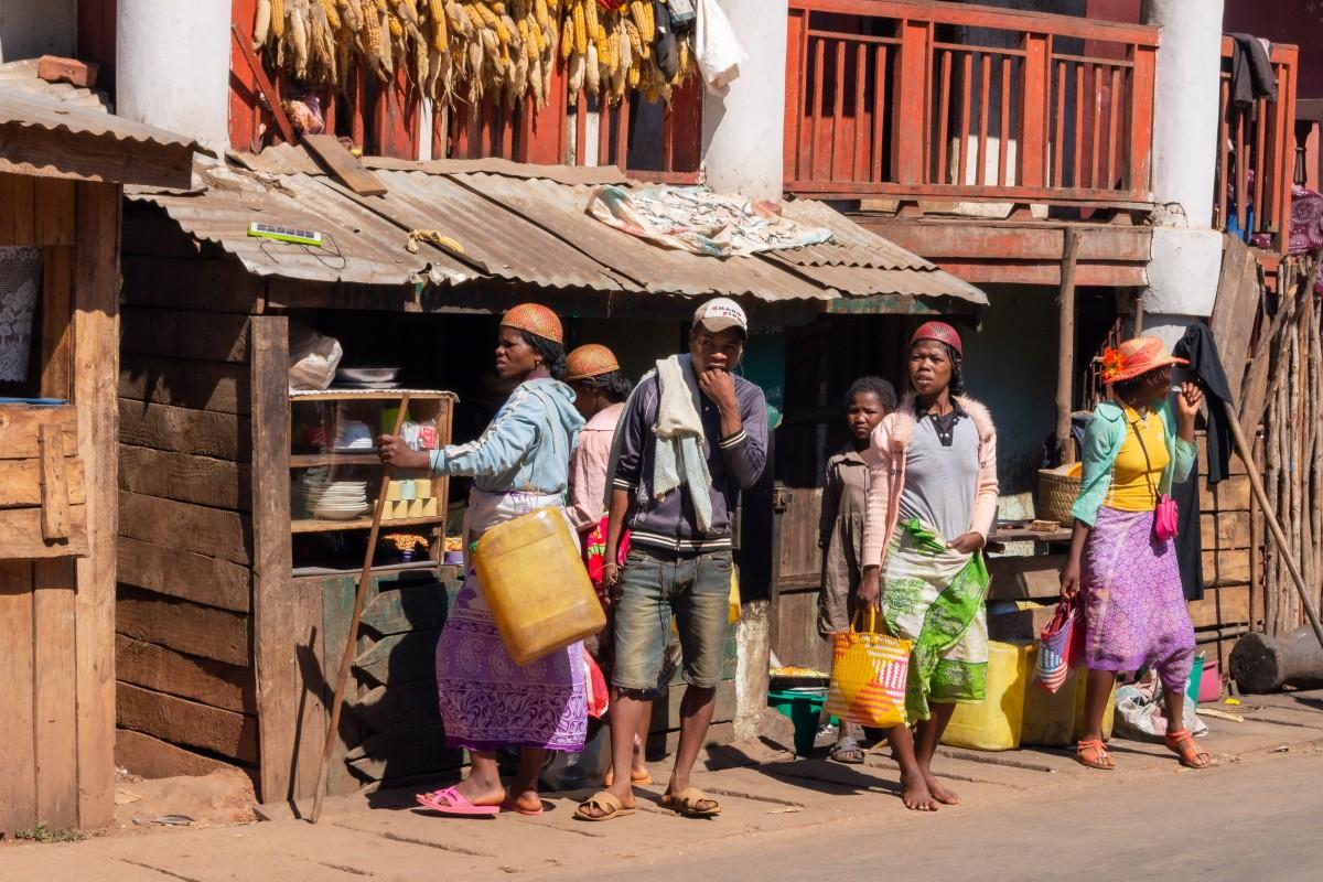 Zdjęcia: Ambohimahasoa, Madagaskar centralny, Wyglądając czegoś lub kogoś, MADAGASKAR