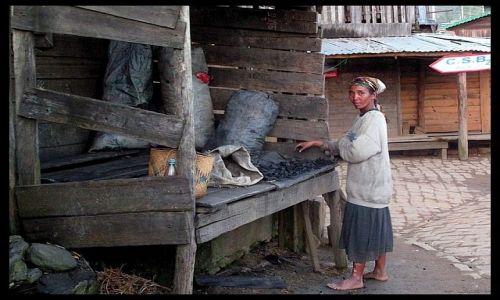 MADAGASKAR / Toamasina / Perinet / Kobieta sprzedaj�ca w�giel drzewny