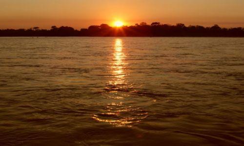 Zdjecie MADAGASKAR / Tsiribihina River / Lakana Be / zachody