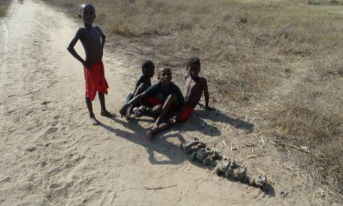 Zdjecie MADAGASKAR / Morondave / Aleja baobabów / Dzieci z zabawkami