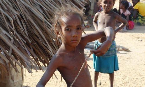 Zdjęcie MADAGASKAR / Morondave / Aleja baobabów / Malgaszka z patykiem